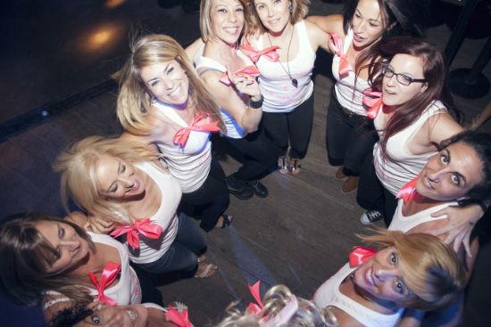 chicas en foto dentro de una despedida